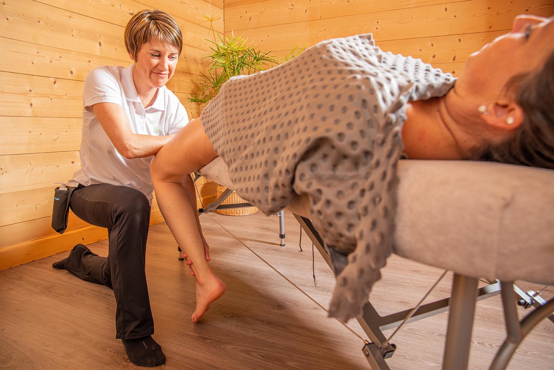 Étirements passifs : massage des jambes pour récupération sportive